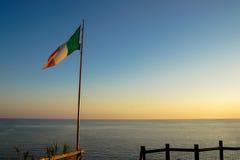 Drapeau italien au coucher du soleil Photo stock