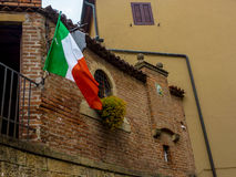 Drapeau italien dans un petit village en Toscane Photo stock
