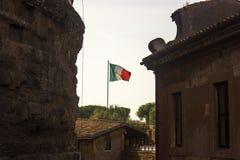 Drapeau italien ondulant dans le ciel Photos libres de droits