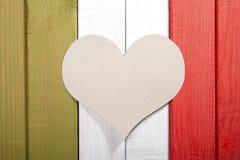 Drapeau italien stylisé avec un coeur de carton au milieu Photographie stock libre de droits