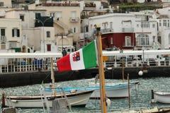 Drapeau italien sur le bateau dans le port maritime Images stock