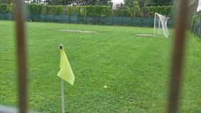 Drapeau jaune sur le coin du terrain de football banque de vidéos