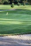 Drapeau jaune sur un champ de golf Images stock
