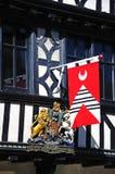 Drapeau médiéval sur le bâtiment de Tudor, Tewkesbury image stock