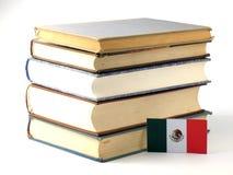 Drapeau mexicain avec la pile des livres sur le fond blanc Photographie stock