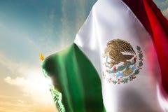 Drapeau mexicain contre un ciel lumineux, Jour de la Déclaration d'Indépendance, cinco de ma Photos stock
