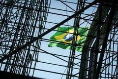 Drapeau national à un chantier de construction en Rio de Janeiro, Brésil Image libre de droits