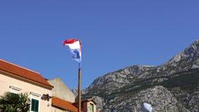 Drapeau national croate sur le fond de ciel bleu clips vidéos