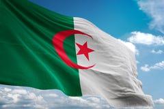 Drapeau national de l'Algérie ondulant l'illustration 3d réaliste de fond de ciel bleu illustration stock