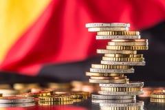Drapeau national de l'Allemagne et des euro pièces de monnaie - concept Euro pièces de monnaie E Photographie stock