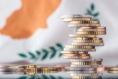 Drapeau national de la Chypre et des euro pièces de monnaie - concept Euro pièces de monnaie UE Image libre de droits