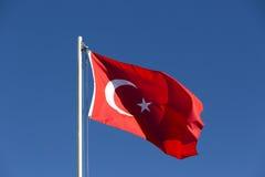 Drapeau national de la Turquie sur un mât de drapeau Photos libres de droits