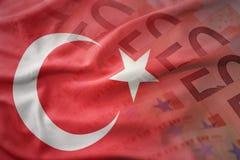 drapeau national de ondulation coloré de dinde sur un fond de billets de banque d'argent d'euro photos libres de droits