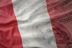 Drapeau national de ondulation coloré du Pérou sur un fond d'argent du dollar Concept de finances photo stock
