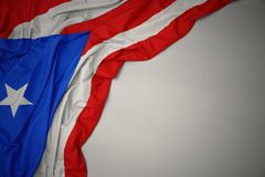 Drapeau national de ondulation du Porto Rico sur un fond gris image libre de droits