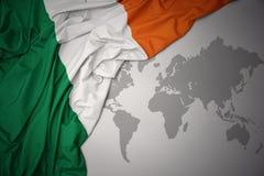 Drapeau national de ondulation de l'Irlande Photographie stock libre de droits