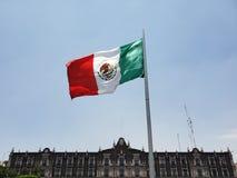 Drapeau national du Mexique dans la place principale de la ville de Toluca un jour ensoleillé et venteux image stock