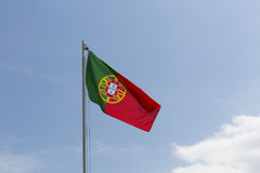 Drapeau national du Portugal sur un mât de drapeau Photos libres de droits