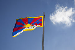 Drapeau national du Thibet sur un mât de drapeau Photo libre de droits