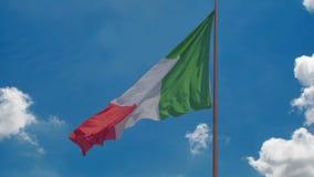 Drapeau national du vol de l'Italie en vent, fond de ciel bleu, pays prospère clips vidéos