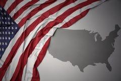 Drapeau national et carte colorés de ondulation des Etats-Unis d'Amérique illustration de vecteur