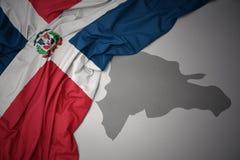 Drapeau national et carte colorés de ondulation de la République Dominicaine  illustration de vecteur