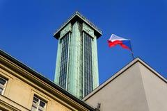 Drapeau national tchèque onduleux sur l'hôtel de ville de ville nouvelle d'Ostrava Photo stock