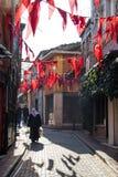 Drapeau national turc accrochant dans la rue Image stock