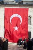 Drapeau national turc accrochant dans la rue Photographie stock