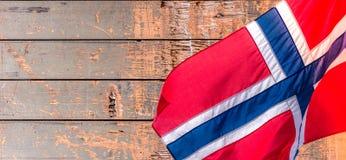 Drapeau norvégien sur le vieux fond en bois de modèle avec l'espace de copie image libre de droits
