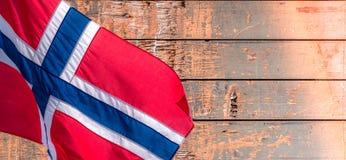 Drapeau norvégien sur le vieux fond en bois de modèle avec l'espace de copie photographie stock