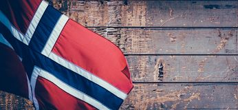 Drapeau norvégien sur le vieux fond en bois de modèle avec l'espace de copie photographie stock libre de droits