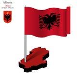 Drapeau onduleux de l'Albanie au-dessus de carte Photos libres de droits