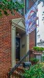 Drapeau ornemental devant les maisons américaines typiques photo libre de droits