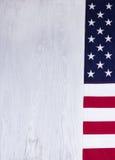Drapeau plié des Etats-Unis sur le fond en bois blanc Photographie stock