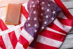 Drapeau plissé et livre des Etats-Unis Images libres de droits