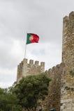 Drapeau portugais au sao Jorge de Castelo à Lisbonne Images stock