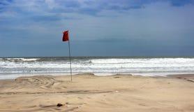 Drapeau rouge de danger de garde-côte de maître nageur photos libres de droits