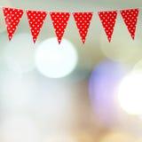 Drapeau rouge de partie d'étamine avec le modèle de coeur sur le backgrou de bokeh de tache floue Images stock