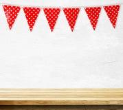 Drapeau rouge de partie d'étamine avec le modèle de forme de coeur accrochant au-dessus de l'IEM Photographie stock libre de droits