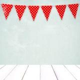 Drapeau rouge de partie d'étamine avec le modèle de forme de coeur accrochant au-dessus du gre Image libre de droits