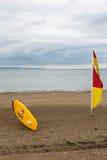 Drapeau rouge et jaune de maître nageur de jaune de ND anglais de conseil sur la plage Images stock