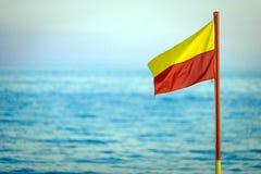 Drapeau rouge et jaune de sauvetage Image stock