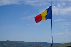 Drapeau roumain dans Deva images stock