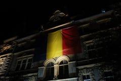 Drapeau roumain illuminé la nuit photos libres de droits