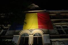 Drapeau roumain illuminé la nuit image libre de droits