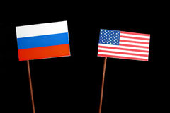 Drapeau russe avec le drapeau des Etats-Unis sur le noir photographie stock libre de droits