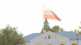 Drapeau russe flottant dans le vent au-dessus du ciel clair banque de vidéos