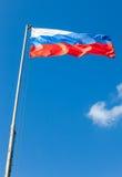 Drapeau russe ondulant dans le vent Photos stock