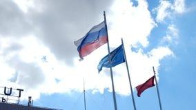 Drapeau russe ondulant dans le vent au-dessus du ciel bleu banque de vidéos